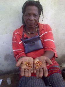 uMama kaNgomani with beads she recovered from the beach